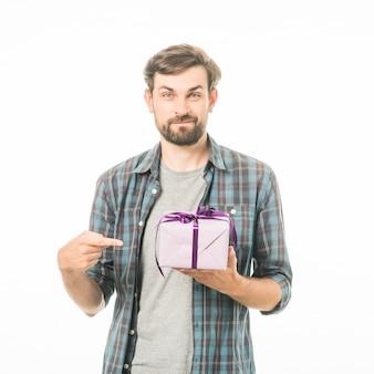 Porträt eines mannes, der geschenkbox auf weißem hintergrund zeigt