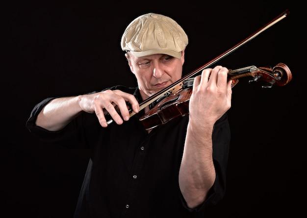 Porträt eines mannes, der hölzerne violine spielt