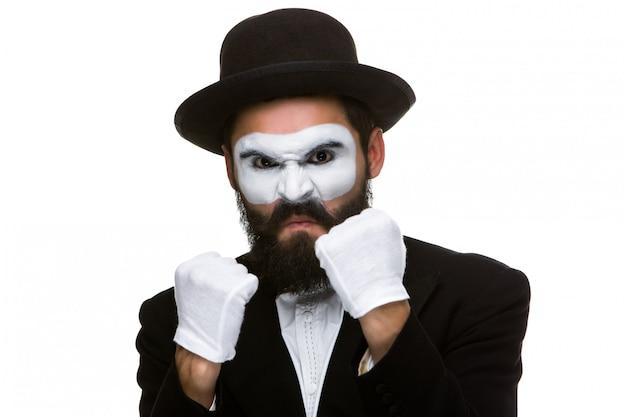 Porträt eines mannes, der im make-up pantomime boxt