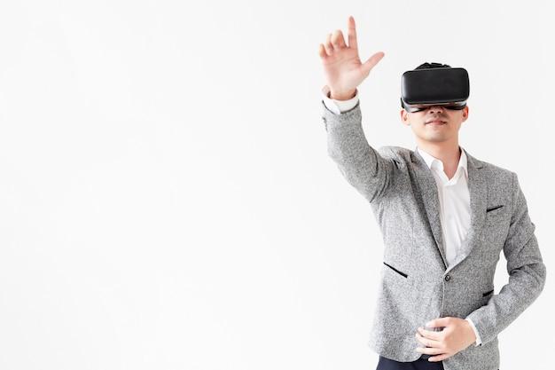 Porträt eines mannes, der neue technologie ausprobiert