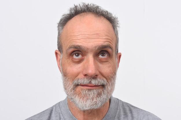 Porträt eines mannes, der oben auf weißem hintergrund schaut