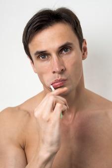 Porträt eines mannes, der seine zähne putzt