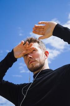 Porträt eines mannes, der weg schaut