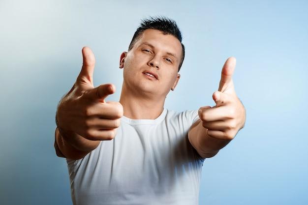 Porträt eines mannes, emotion bedeutung, zeigt die handbewegung der waffe in der kamera.