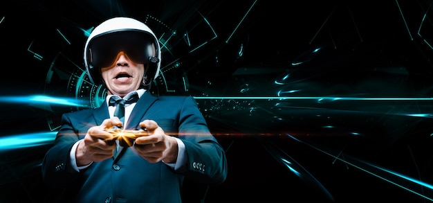 Porträt eines mannes in anzug und helm eines piloten mit einem joystic