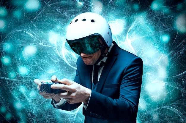 Porträt eines mannes in anzug und helm eines piloten mit einem joystick in den händen. er spielt begeistert ein computerspiel. spielraum. spielkonzept.