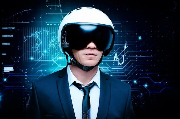 Porträt eines mannes in anzug und helm. er steht vor dem hintergrund eines futuristischen hologramms