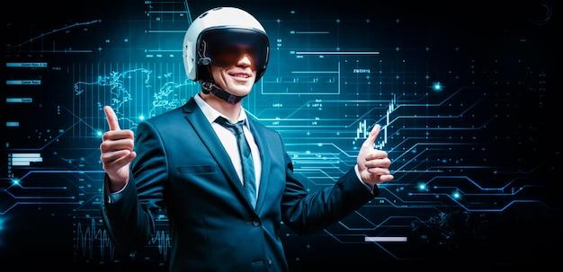Porträt eines mannes in anzug und helm. er zeigt daumen hoch auf dem hintergrund eines futuristischen hologramms
