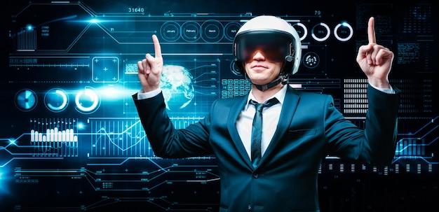 Porträt eines mannes in anzug und helm. er zeigt daumen hoch vor dem hintergrund eines hologramms des markthandels