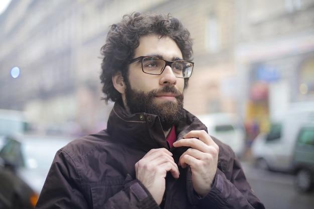 Porträt eines mannes in der stadt