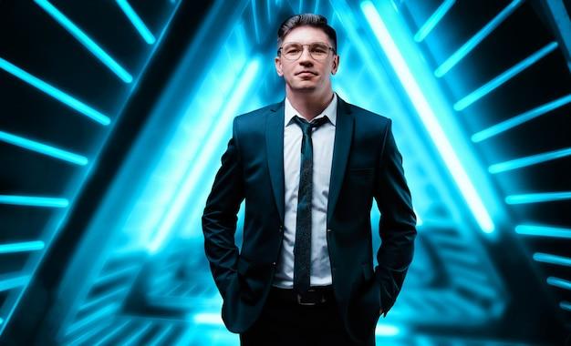 Porträt eines mannes in einem business-anzug. cyberspace. it-technologie. gemischte medien
