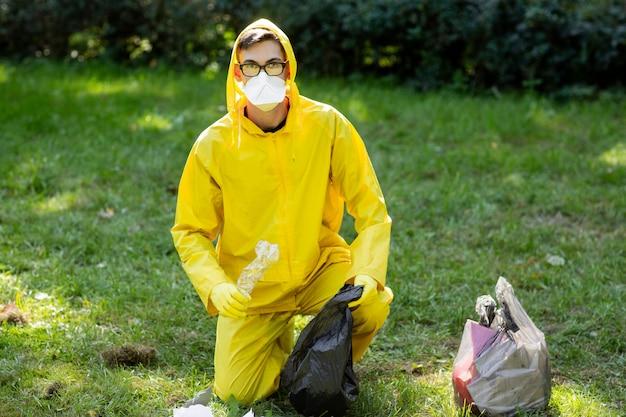 Porträt eines mannes in einem gelben schutzanzug und in einer maske.