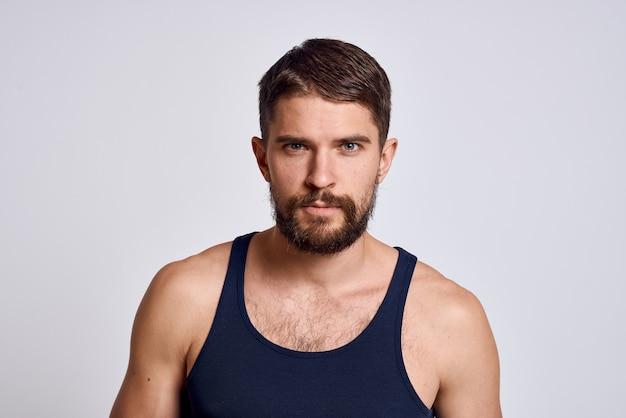 Porträt eines mannes in einem t-shirt