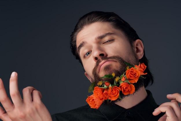 Porträt eines mannes mit blumen in einem bart in einem hemd isolierten hintergrund
