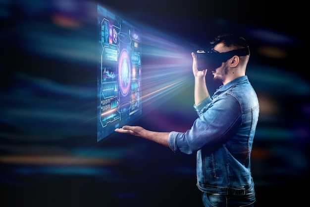 Porträt eines mannes mit brille der virtuellen realität, vr, interagiert mit einem virtuellen bildschirm.