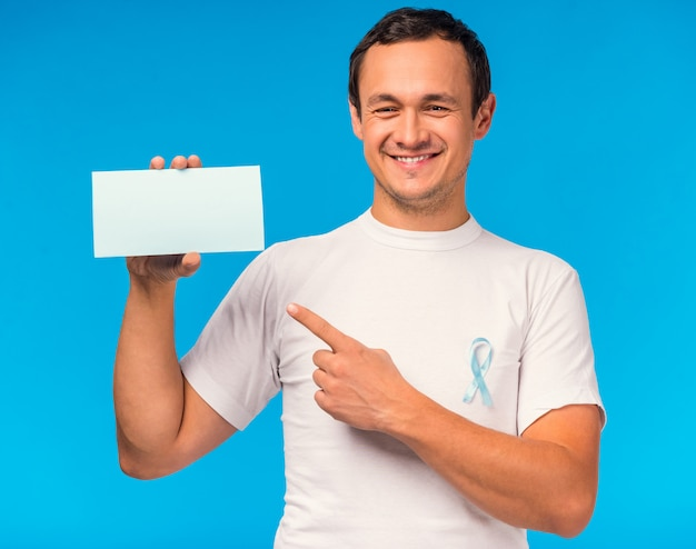 Porträt eines mannes mit einem blauen band und einem weißen zeichen.