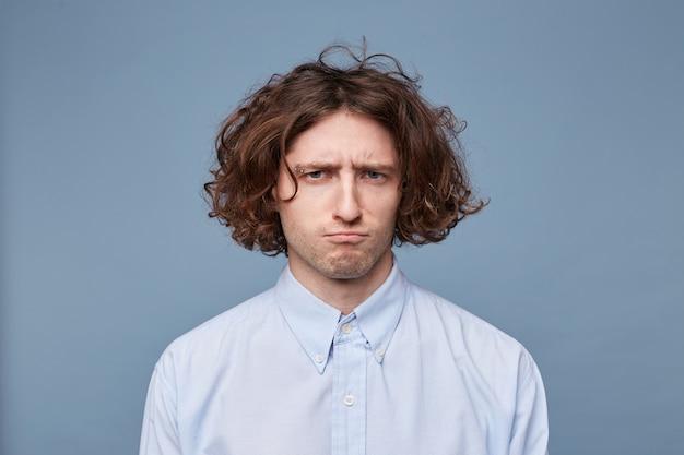 Porträt eines mannes mit einem frustrierten ausdruck