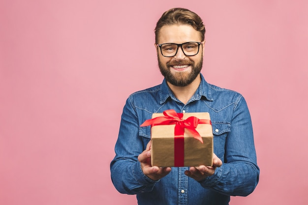 Porträt eines mannes mit einer geschenkbox