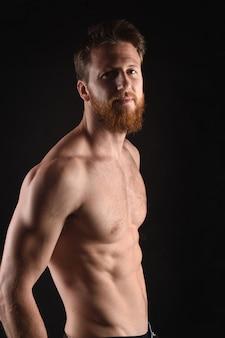 Porträt eines mannes mit einer nackten brust
