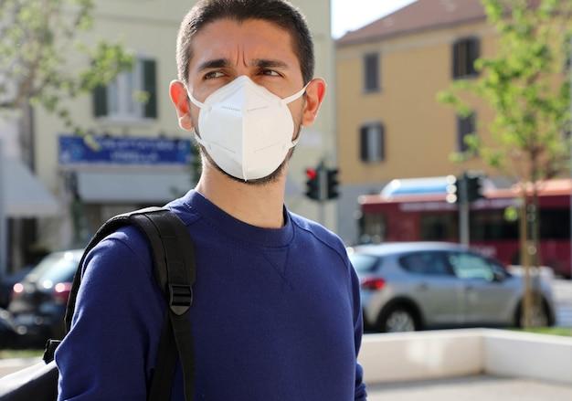 Porträt eines mannes mit gesichtsmaske gegen sars-cov-2.