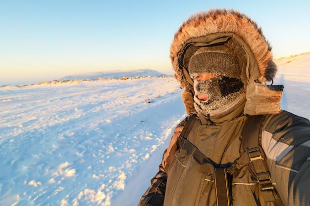 Porträt eines mannes mit gesichtsmaske im winter