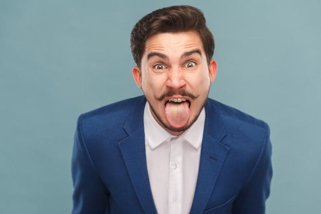 Porträt eines mannes mit großen augen zunge heraus und schreien