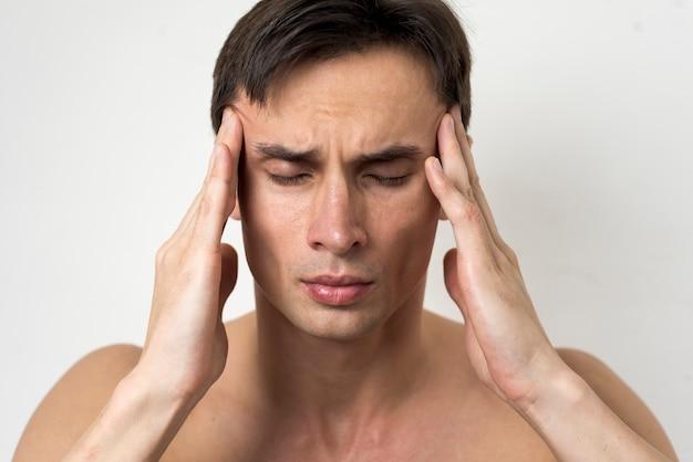 Porträt eines mannes mit kopfschmerzen