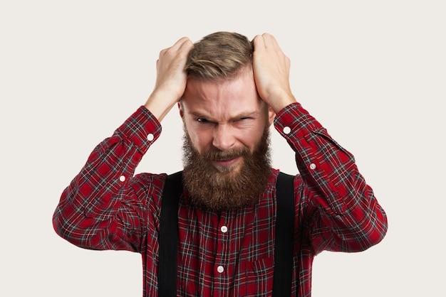 Porträt eines mannes mit schrecklichen kopfschmerzen