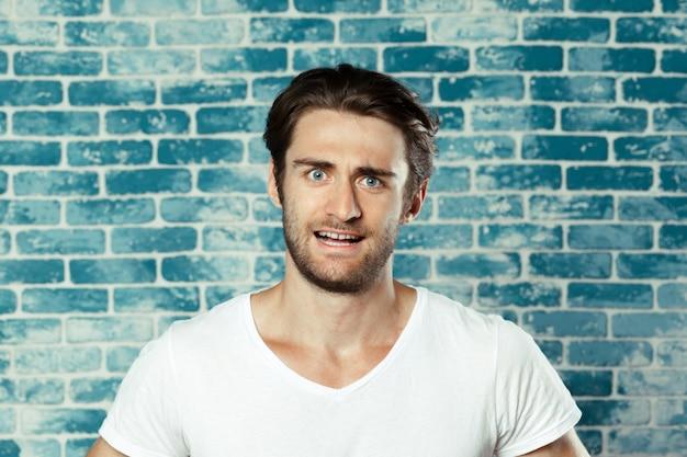 Porträt eines mannes mit weißem t-shirt