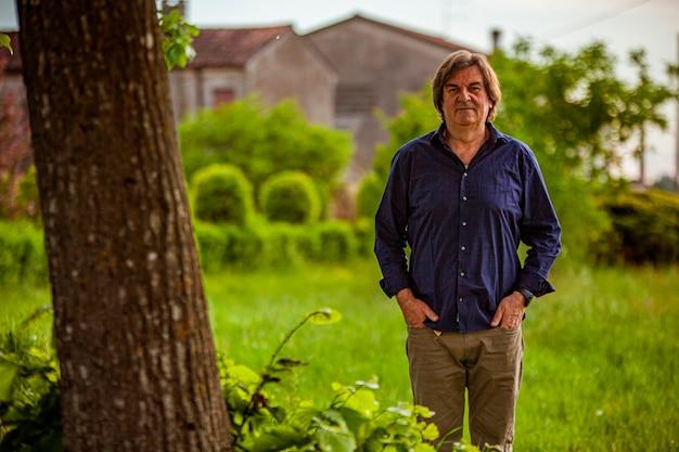 Porträt eines mannes mittleren alters, eingebettet in den ländlichen kontext