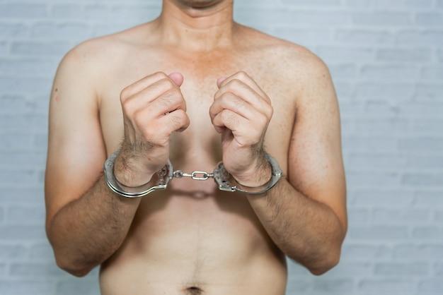 Porträt eines manngefangenen mit handschellen