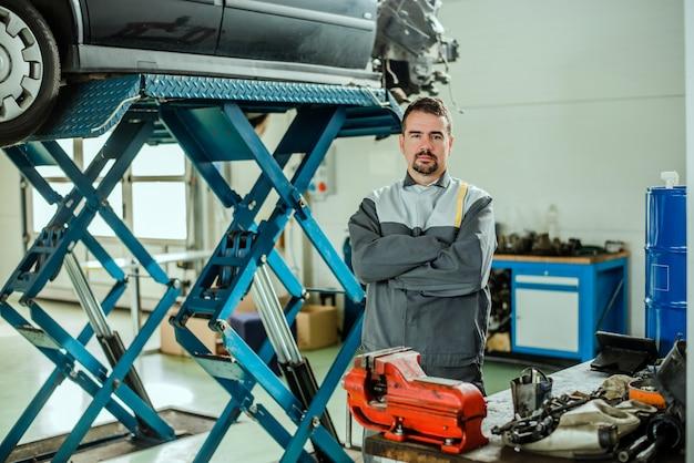 Porträt eines mechanikers bei der arbeit in seiner garage.