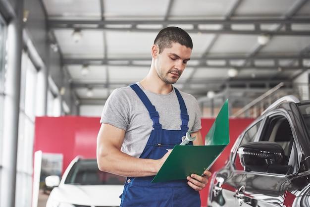 Porträt eines mechanikers bei der arbeit in seiner garage