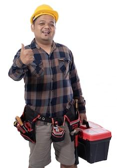 Porträt eines mechanikers, der einen werkzeugkasten hält