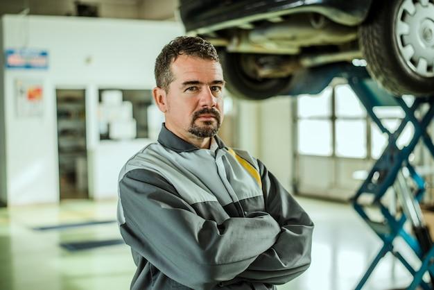 Porträt eines mitte gealterten autoarbeiters in seinem shop.