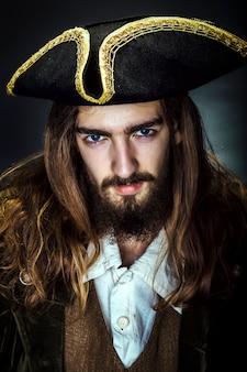 Porträt eines mittelalterlichen bärtigen piraten auf schwarzer wand.