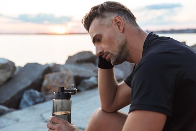 Porträt eines müden sportlers trinkwasser
