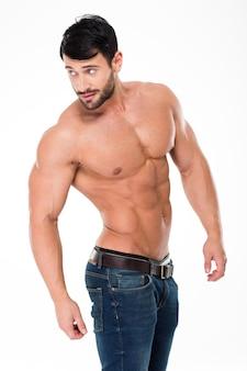 Porträt eines muskulösen mannes mit nacktem oberkörper, der isoliert auf einer weißen wand wegschaut
