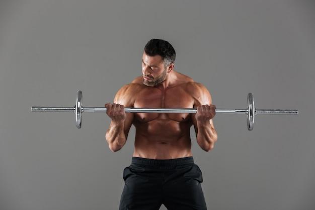 Porträt eines muskulösen motivierten hemdlosen männlichen bodybuilders