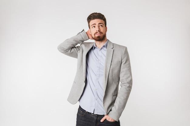 Porträt eines nachdenklichen jungen mannes im hemd gekleidet