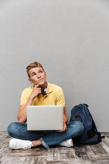 Porträt eines nachdenklichen lässigen teenagers mit rucksack