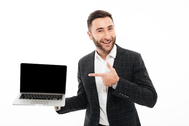 Porträt eines netten bärtigen mannes, der finger zeigt