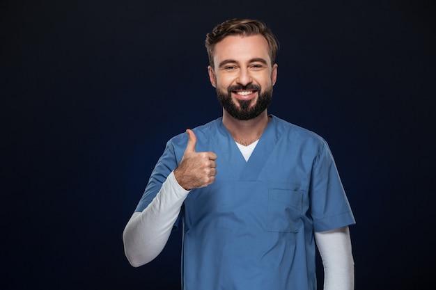 Porträt eines netten männlichen doktors kleidete in der uniform an