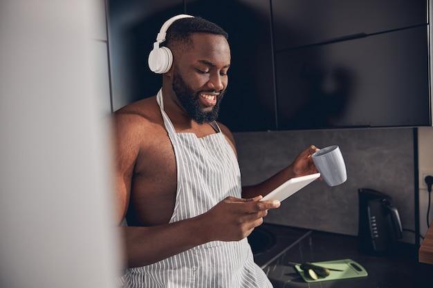 Porträt eines netten mannes, der nachrichten online liest