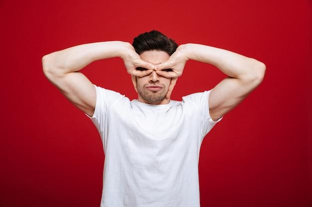 Porträt eines niedlichen jungen mannes im weißen t-shirt