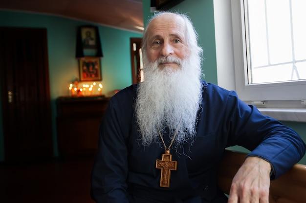 Porträt eines orthodoxen alten priesters