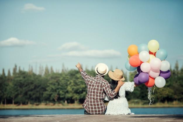 Porträt eines paares in der liebe mit den ballonen bunt