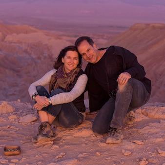 Porträt eines paares in der wüste, san pedro de atacama, el loa province, antofagasta-region, chile