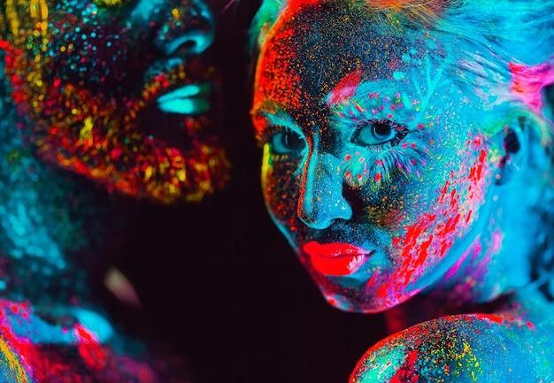 Porträt eines paares liebhaber gemalt im leuchtstoffpuder