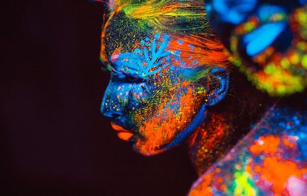 Porträt eines paares liebhaber gemalt im leuchtstoffpuder.